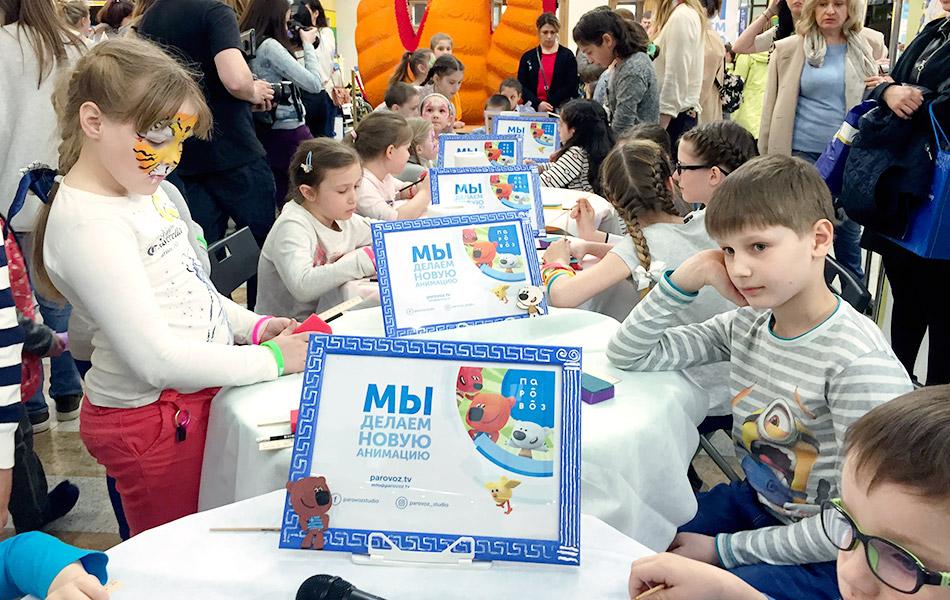 Дети делают аппликации вместе со студией «Паровоз» на мероприятии «Большое греческое путешествие»