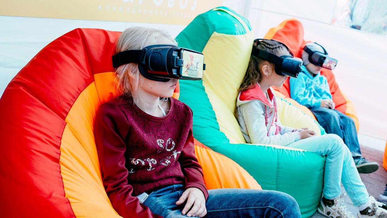 Фестиваль Паровоз в Великом Новгороде • Студия Паровоз • Дети пробуют «Мульт VR»