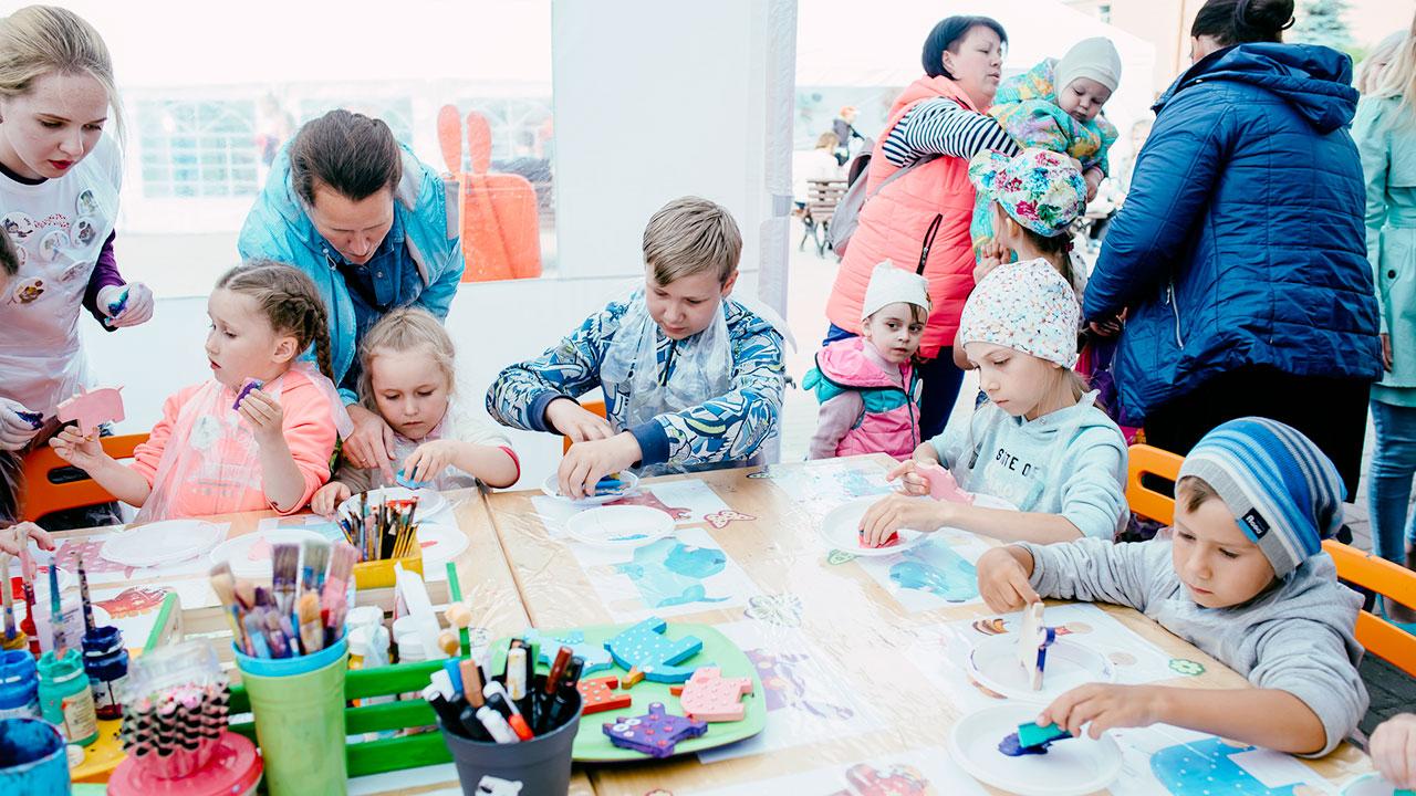 Фестиваль Паровоз в Великом Новгороде • Студия Паровоз • Дтети занимаются поделками на фестивале