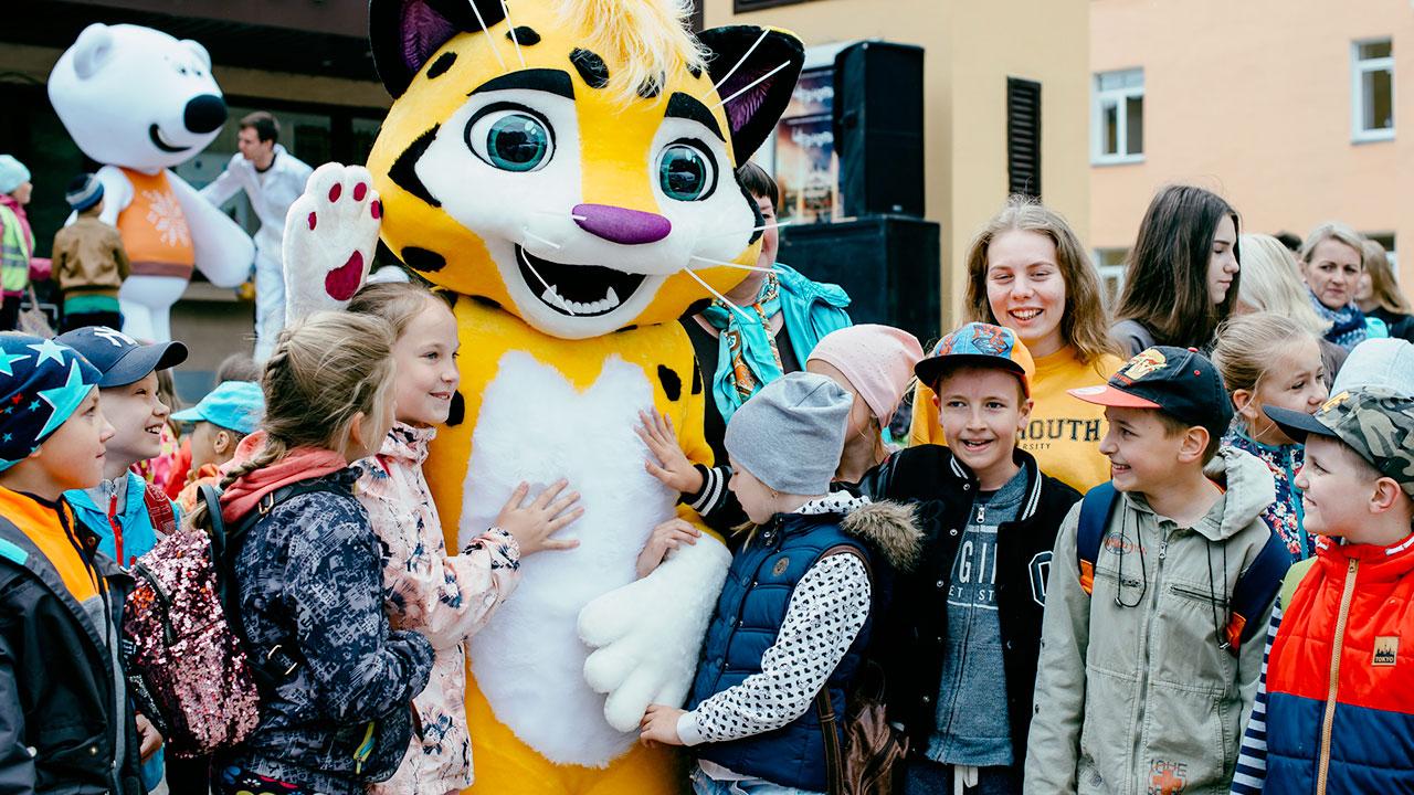 Фестиваль Паровоз в Великом Новгороде • Студия Паровоз • Дети фотографируется с Лео