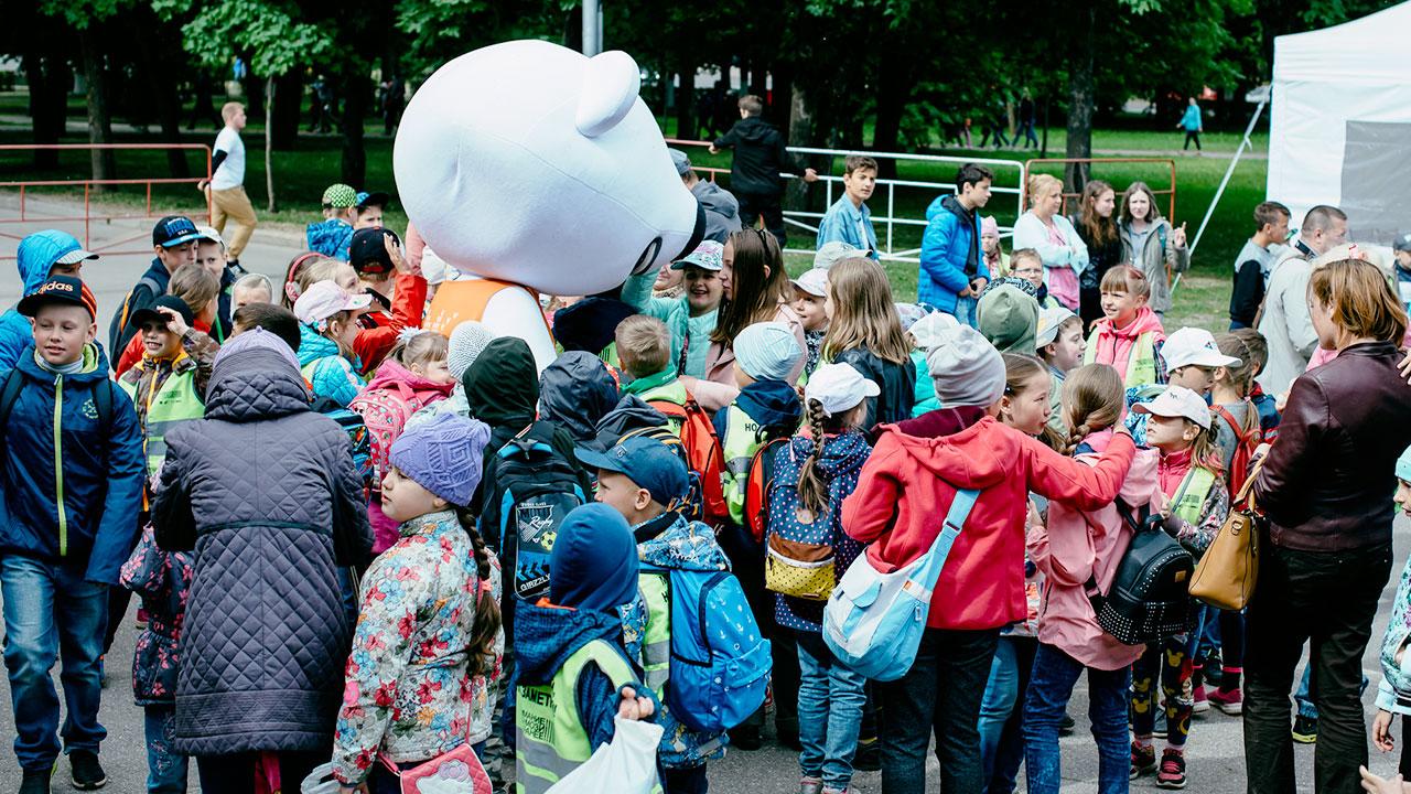 Фестиваль Паровоз в Великом Новгороде • Студия Паровоз • Дети окружили Тучку