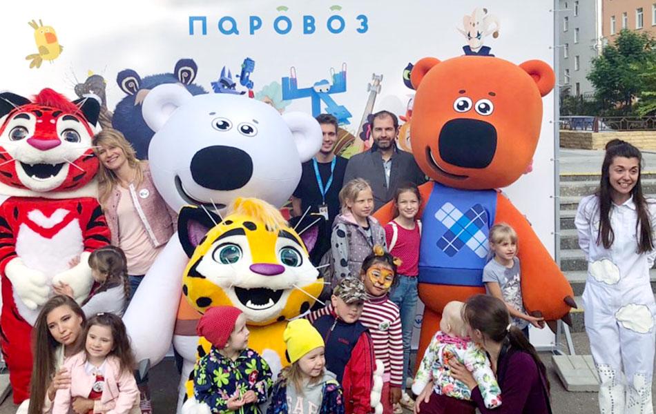 В Великом Новгороде проходит фестиваль детской анимации «Паровоз». Фото с героями мультфильмов и детьми