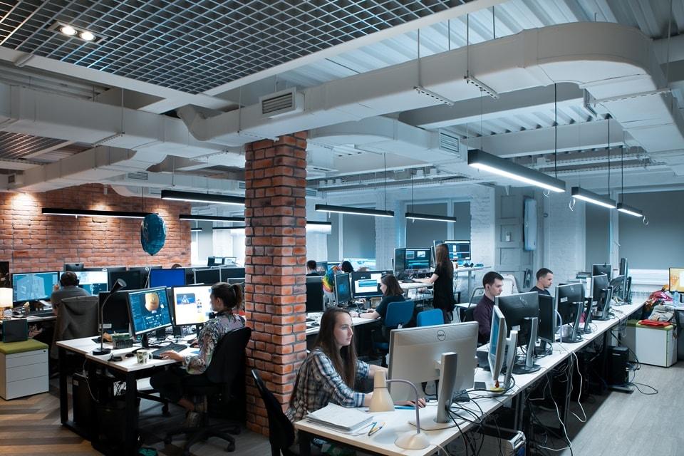 Как выглядят рабочие места сотрудников студии «Паровоз»?